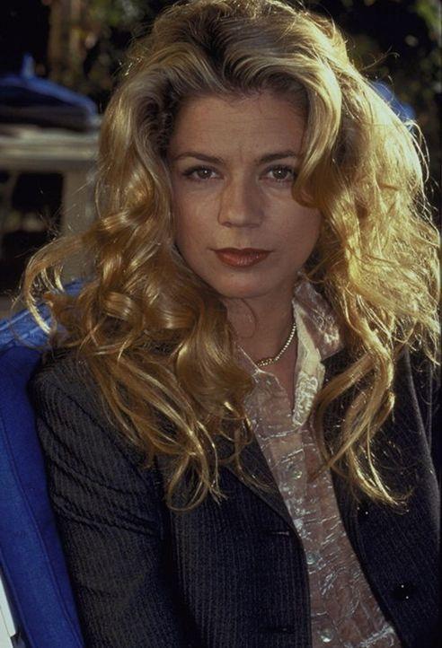 Laura Decker (Diana Frank) hat sich schon vor Jahren von der Familie abgewandt - doch nun kehrt sie zurück ... - Bildquelle: Magdalena Mate ProSieben