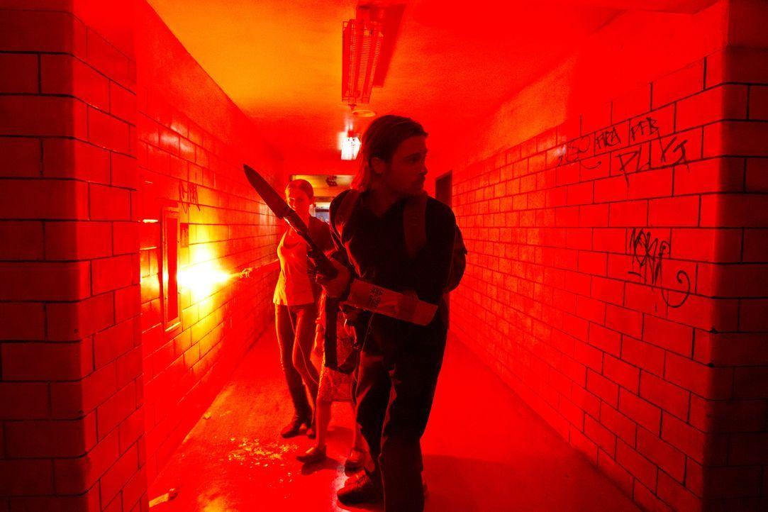 Sie konnten sich gerade so in ein Wohnhaus flüchten, draußen toben Zombies und jetzt wird es auch bei ihnen gefährlich. Gerry (Brad Pitt, vorne) und... - Bildquelle: 2013 Paramount Pictures.  All Rights Reserved.