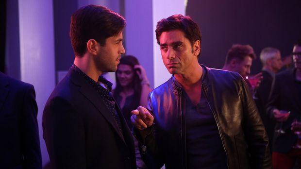 Jimmy (John Stamos, r.) geht mit Gerald (Josh Peck, l.) in einen Club, um ihm...