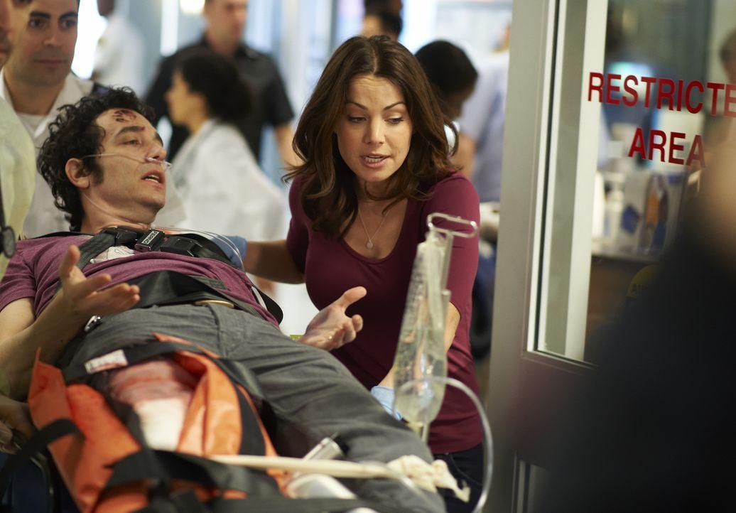 Alex (Erica Durance, r.) tut alles, um dem Patienten Nick (Jonas Chernick, l.) zu helfen ... - Bildquelle: 2013  Hope Zee Two Inc.
