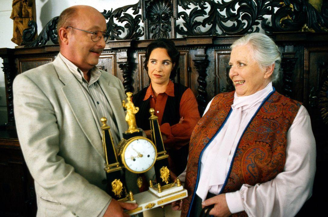 Resi Berghammer (Ruth Drexel, r.) hat ihrem Pensionsgast eine alte Uhr verkauft. Doch als dieser plötzlich ums Leben kommt, stellt sich heraus, dass... - Bildquelle: Magdalena Mate Sat.1