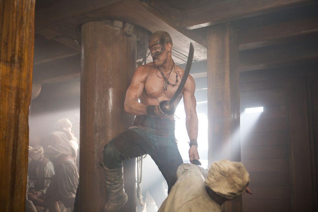 Der Pirat Billy Bones (Tom Hopper) kämpft mit aller Manneskraft für seinen Captain und das Urca de Lima ... - Bildquelle: 2013 Starz Entertainment LLC, All rights reserved