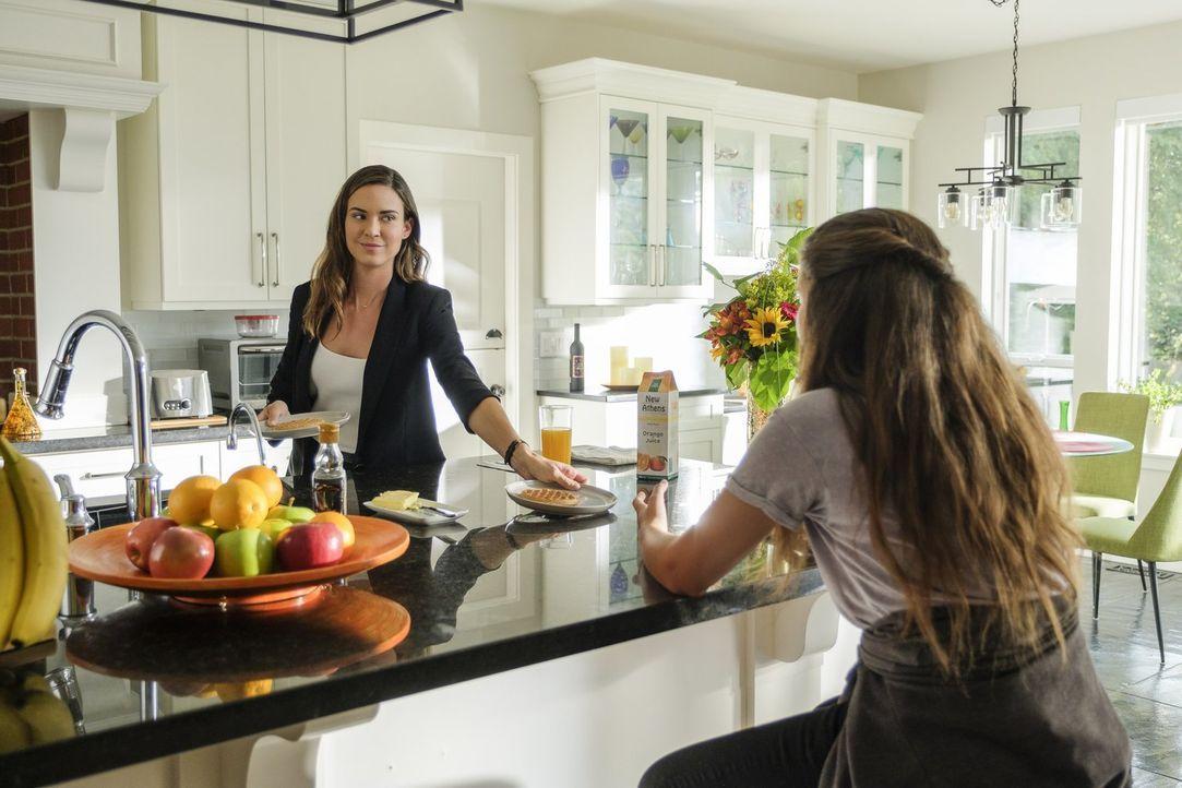 Samantha (Odette Annable, l.) beginnt mit einem neuen Job, während Ruby (Emma Tremblay, r.) sich Gedanken darübermacht, wie ihre Mutter das Gerüst g... - Bildquelle: 2017 Warner Bros.