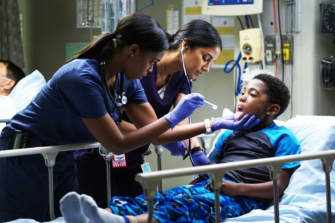 Die ehemalige Schauspielerin Dr. Piel (Nafessa Williams, l.) darf nur noch im Beisein eines Oberarztes agieren und hat schwer mit ihrem Image zu käm... - Bildquelle: Monty Brinton 2015 ABC Studios