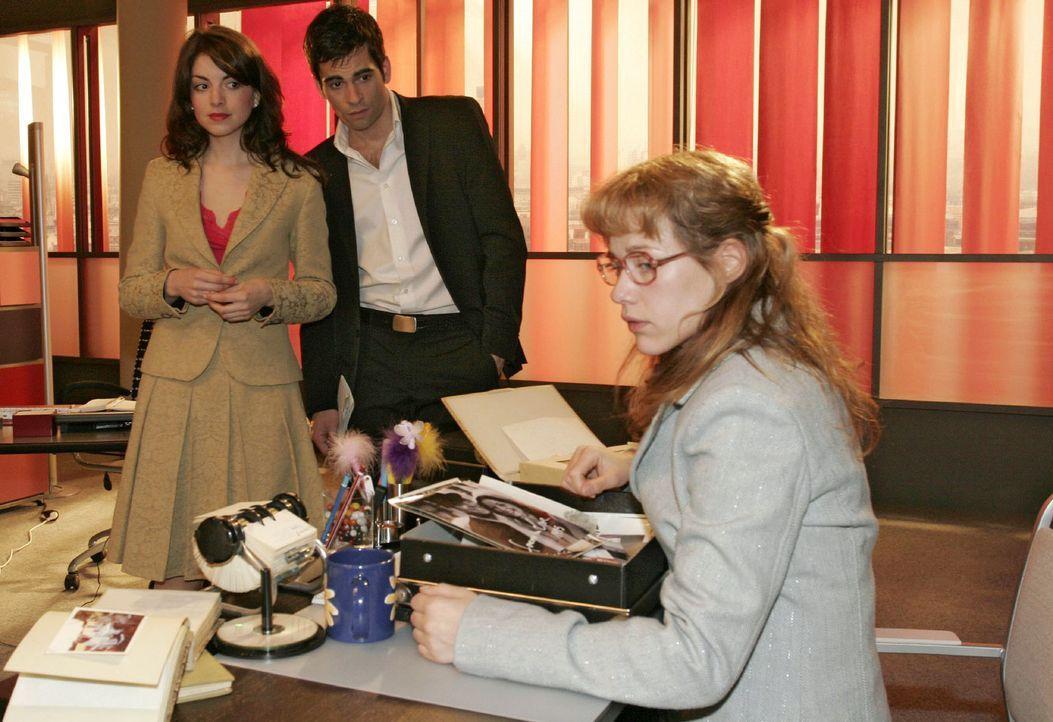 Mariella (Bianca Hein, l.) und David (Mathis Künzler, M.) sind überrascht, dass Lisa (Alexandra Neldel, r.) beim Sichten der alten Familienfotos mit... - Bildquelle: Monika Schürle Sat.1