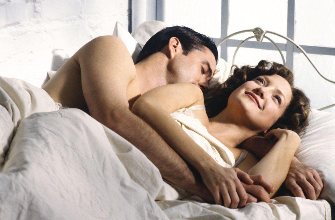 1924: Adam  (Luke Wilson, l.) verliebt sich unsterblich in die reiche Society Schönheit Polina und beginnt mit ihr eine stürmische Affäre. Doch nach... - Bildquelle: Warner Brothers Entertainment Inc.