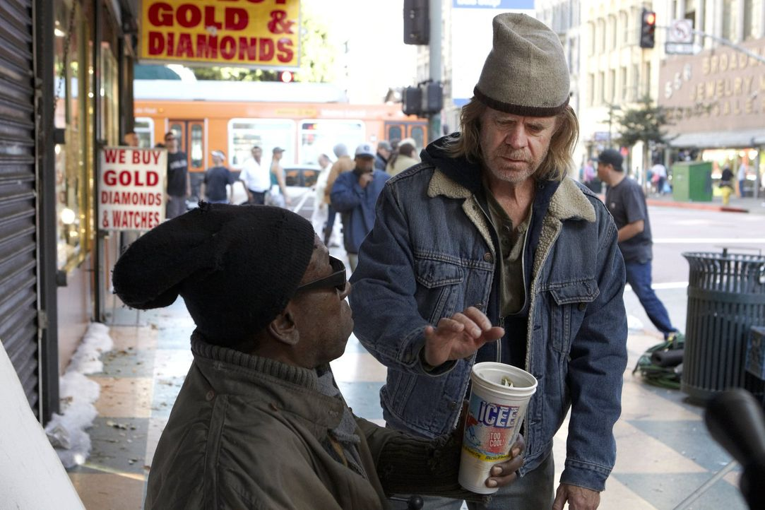Schafft es Frank (William H. Macy, r.) mit Hilfe eines Diebstahls bei einem blinden Bettler (Curtis C., l.) seine Schulden zu begleichen? - Bildquelle: 2010 Warner Brothers