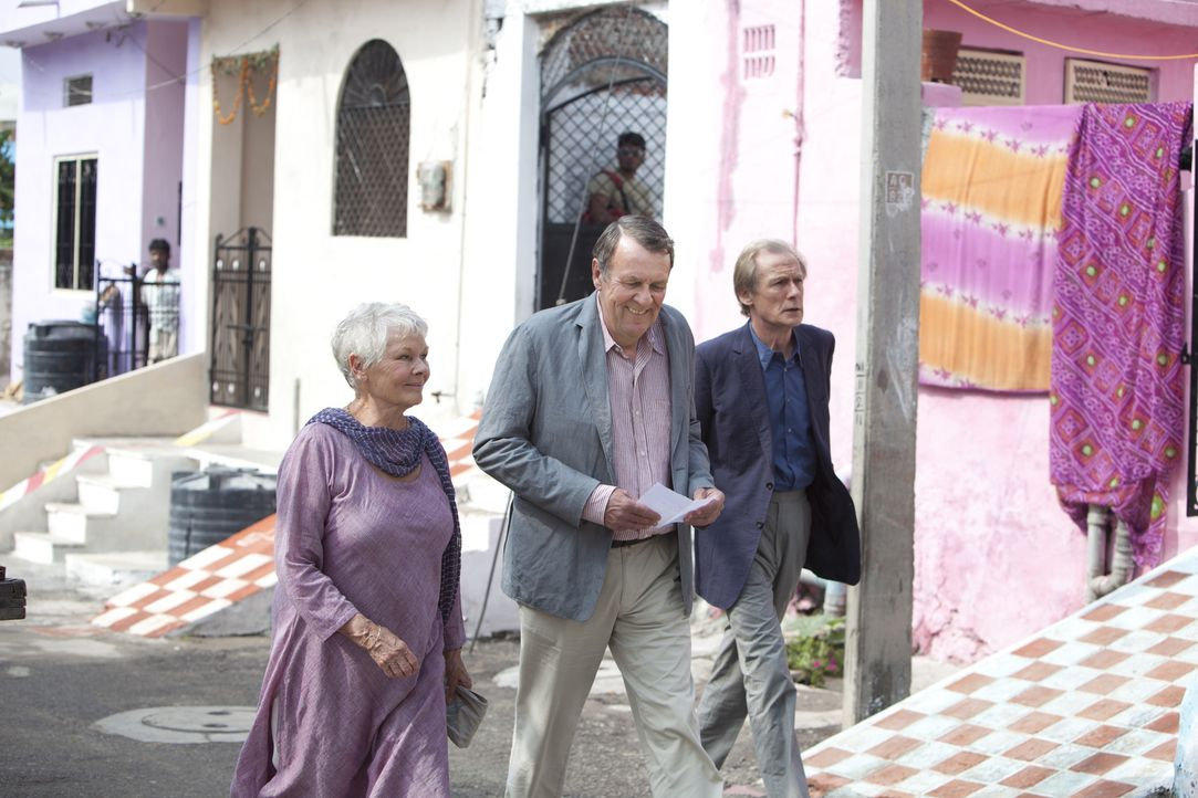 Ein exotisches Abenteuer in Indien wartet auf Evelyn (Judi Dench, l.), Graham (Tom Wilkinson, M.) und Douglas (Bill Nighy, r.) ... - Bildquelle: 2012 Twentieth Century Fox Film Corporation. All rights reserved.