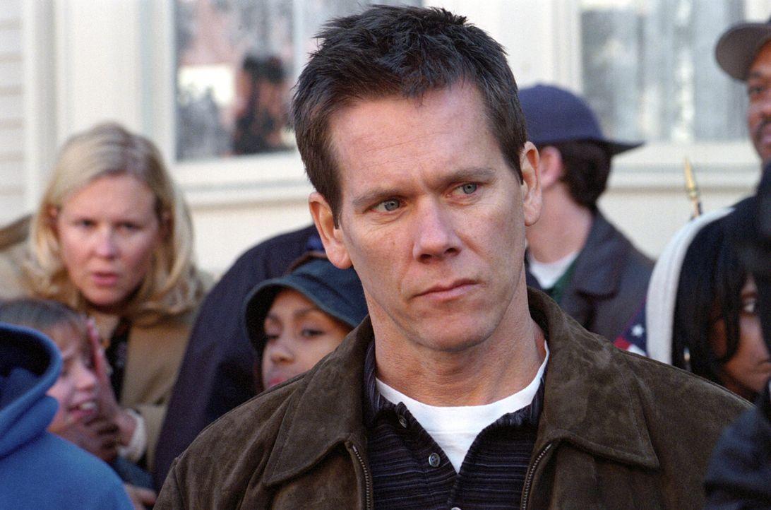 In ihrer Kindheit waren Jimmy, Dave und Sean (Kevin Bacon) die besten Freunde. Doch nachdem Dave vor den Augen der beiden anderen in ein Auto gezerr... - Bildquelle: Warner Bros. Pictures