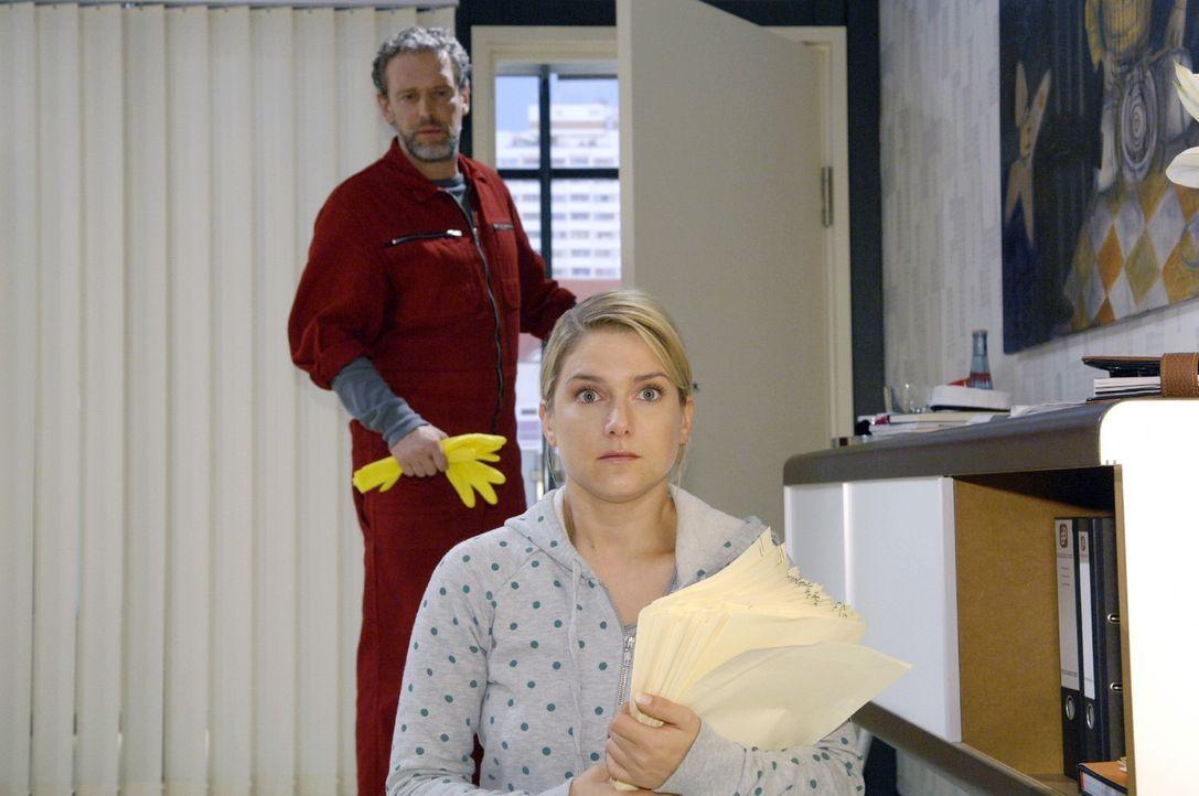 Anna (Jeanette Biedermann, r.) glaubt die Unterlagen wieder korrekt zurückgetauscht zu haben und wird dabei von Ulrich (Wolfgang Wagner, l.) überras... - Bildquelle: Claudius Pflug Sat.1