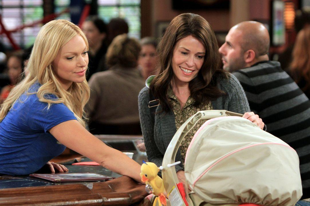 Sind sich nicht immer einig: Chelsea (Laura Prepon, l.) und ihre Schwester Sloane (Chelsea Handler, r.) ... - Bildquelle: Warner Brothers