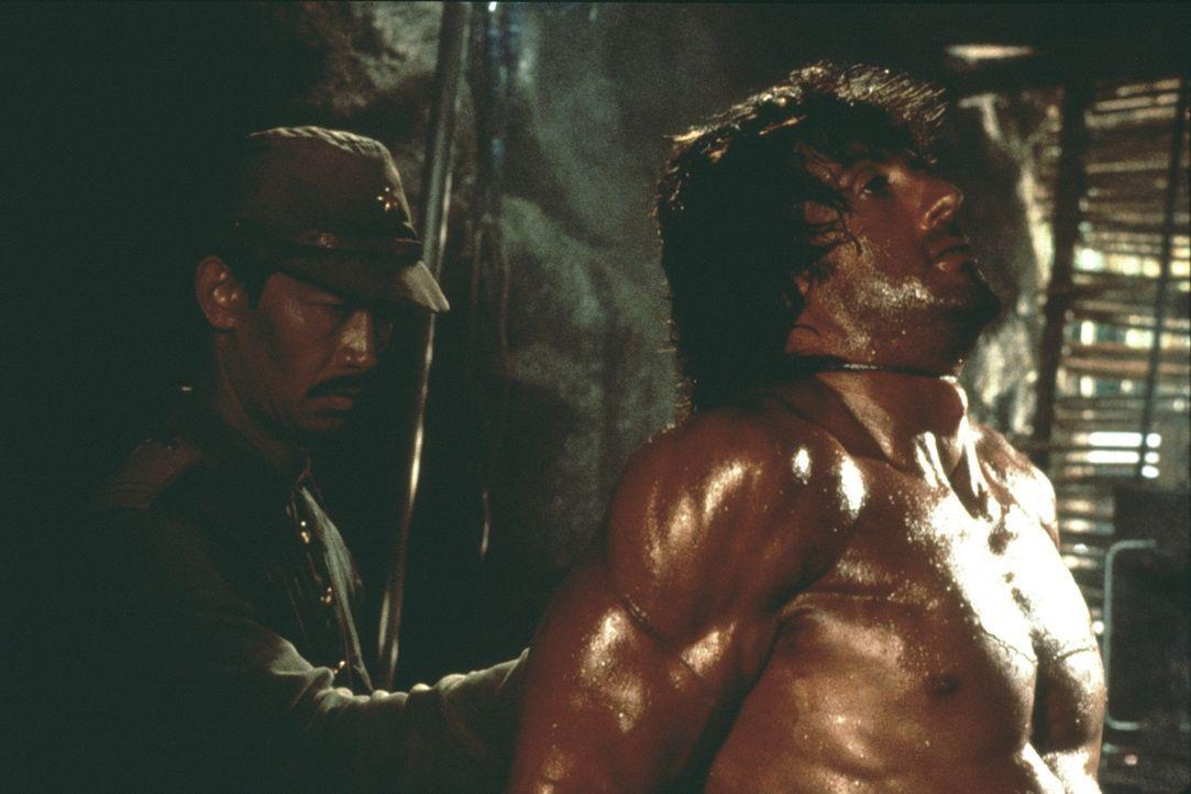 Schon bald muss Rambo (Sylvester Stallone, r.) feststellen, dass er von seinen eigenen Leuten verraten wurde ... - Bildquelle: 1985 STUDIOCANAL. All Rights Reserved.