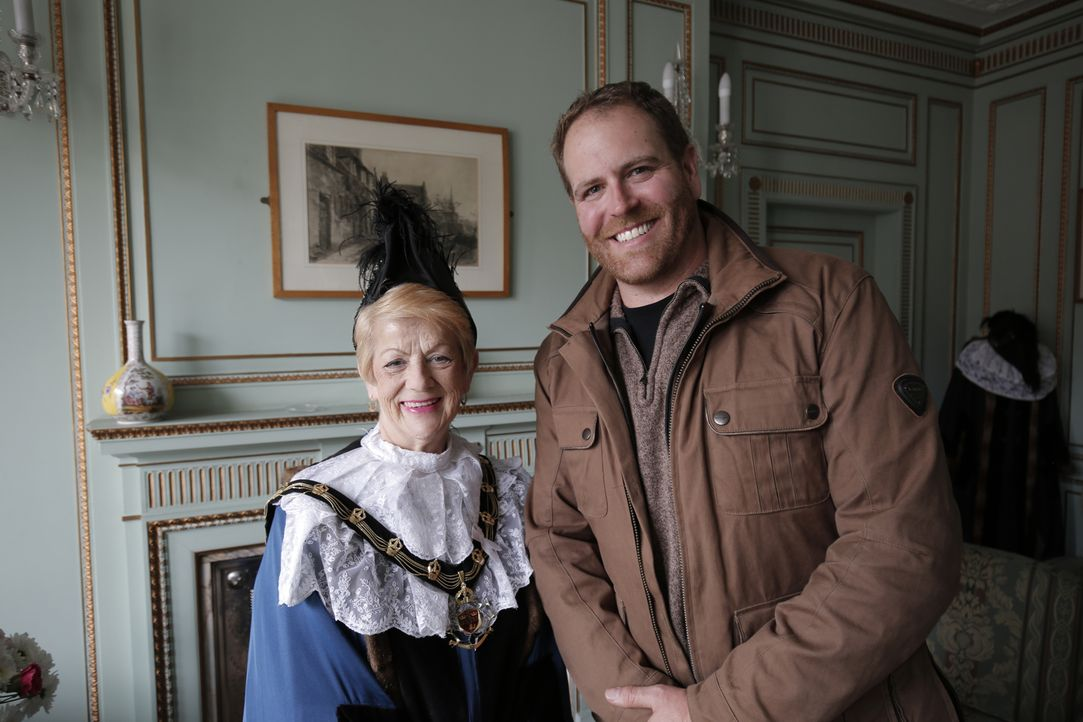 Josh Gates (r.) trifft bei seinen Nachforschungen über den berüchtigten Dieb Robin Hood auf Jackie Morris (l.), den echten Sherriff von Nottingham .... - Bildquelle: 2015,The Travel Channel, L.L.C. All Rights Reserved