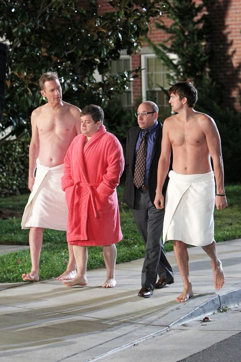 two-and-a-half-men-stf10-epi14-Wer-hat-in-meinen-Busch-gepinkelt-01-Warner-Bros-Television.jpg 1024 x 1536 - Bildquelle: Warner Bros. Television