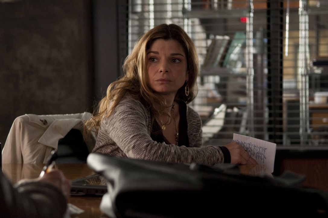 Mia Cusato (Laura San Giacomo) - Bildquelle: Colleen Hayes 2010 Universal Network Television, LLC. All Rights Reserved./Colleen Hayes