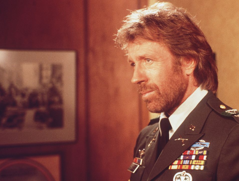 Colonel Braddock (Chuck Norris) muss erkennen, dass er von offiziellen Regierungsstellen keinerlei Unterstützung erhält - und so beschließt er, a... - Bildquelle: Cannon Films