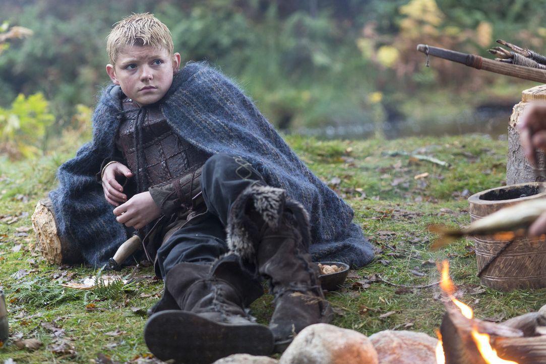 Björn (Nathan O'Toole) lässt den Vater schwören, die Mutter nicht länger zu betrügen. Allerdings ist Ragnars Vorsatz nur von kurzer Dauer ... - Bildquelle: 2013 TM TELEVISION PRODUCTIONS LIMITED/T5 VIKINGS PRODUCTIONS INC. ALL RIGHTS RESERVED.