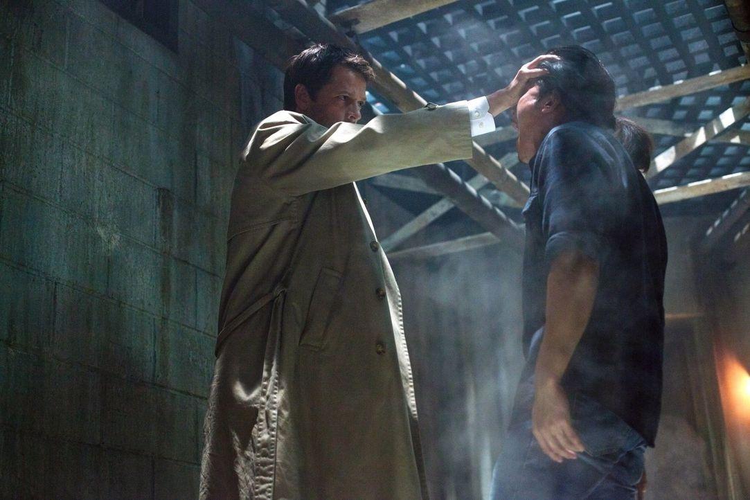 Mit aller Kraft versucht Cas (Misha Collins, l.), seinen Freunden zu helfen, doch seine Kräfte sind noch begrenzt ... - Bildquelle: Warner Bros. Television