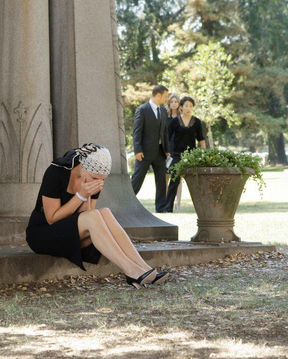 Während Georges Beerdigung hält Izzie (Katherine Heigl, l.) es nicht länger auf dem Freidhof aus - sie stürzt weinend davon. Alex (Justin Chambers,... - Bildquelle: Touchstone Television