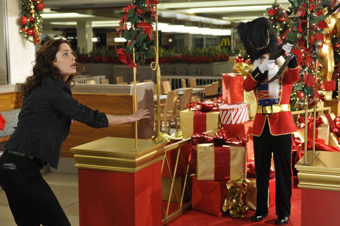 Myka (Joanne Kelly, l.) und Pete reisen an Weihnachten nach L.A., um einem Mann zu helfen, der von einem durchsichtigen Weihnachtsmann verfolgt wird... - Bildquelle: Steve Wilkie SCI FI Channel