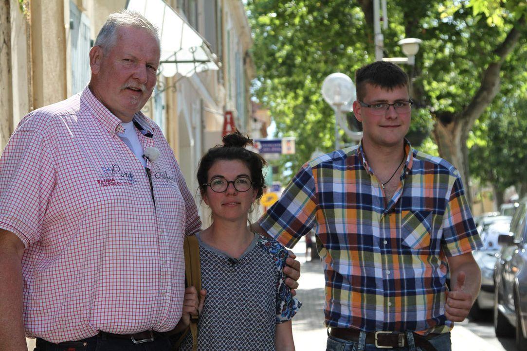 Tamme Hanken (l.) und sein Lehrling Anton (r.) werden von Reiseleiterin Laurianne (M.) in Frankreich erwartet, wo sich eines der Camargue-Pferde von... - Bildquelle: kabel eins