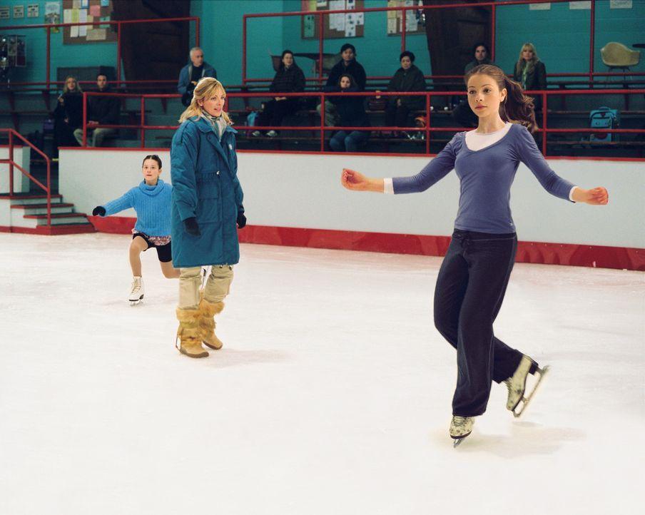 Als Casey (Michelle Trachtenberg, r.) die einmalige Chance bekommt, mit der erfolgreichen Gen und ihrer Mutter Tina (Kim Cattrall, M.), einer ehemal... - Bildquelle: 2005 Disney Enterprises, Inc.