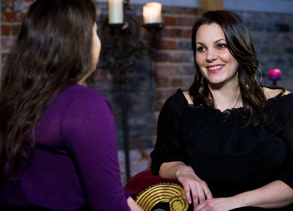 (2. Staffel) - Paula Lambert spricht mit jungen Frauen in deren Wohnung über Sex. - Bildquelle: Richard Hübner sixx