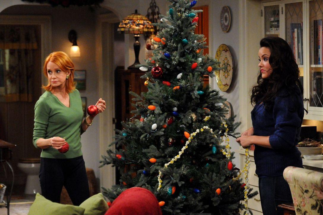 Die Vorbereitungen für Weihnachten sind im vollen Gange: Joyce (Swoosie Kurtz, l.) und Victoria (Katy Mixon, r.) ... - Bildquelle: 2010 CBS Broadcasting Inc. All Rights Reserved.