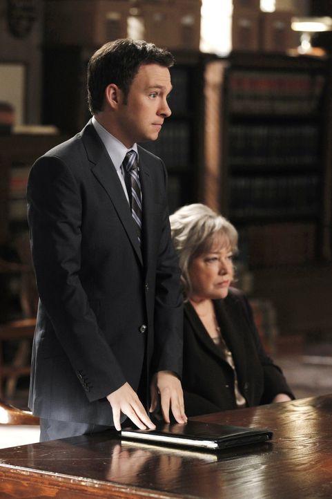 Da Harry (Kathy Bates, r.) während eines Prozesses sich nicht mehr sicher ist, ob ihr Klient nicht wirklich ein Mörder ist, lässt sie ihn fallen.... - Bildquelle: Warner Bros. Television