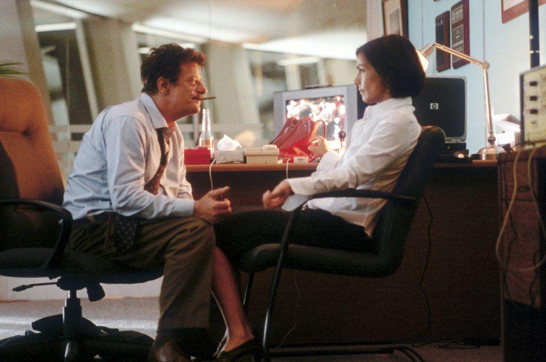 Dass ihre Affäre mit dem ehemaligen Interpol-Direktor Miguel Manzano (Giancarlo Giannini, l.) ihr einmal so nützlich sein könnte, hätte die adre... - Bildquelle: 2004 Epsilon Motion Pictures