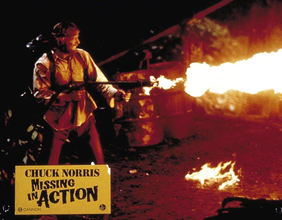 Nachdem er seine Kameraden befreit hat, setzt Colonel Braddock (Chuck Norris) das Gefangenenlager in Brand ... - Bildquelle: TM &   Metro-Goldwyn-Meyer Studios Inc. All Rights Reserved.
