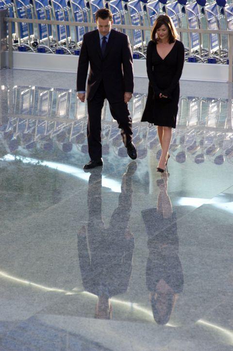 Während der mehrmonatigen Wartezeit am Flughafen, lernt Viktor (Tom Hanks, l.) die Flugbegleiterin Amelia (Catherine Zeta-Jones, r.) kennen und verl... - Bildquelle: Merrick Morton DreamWorks Distribution LLC