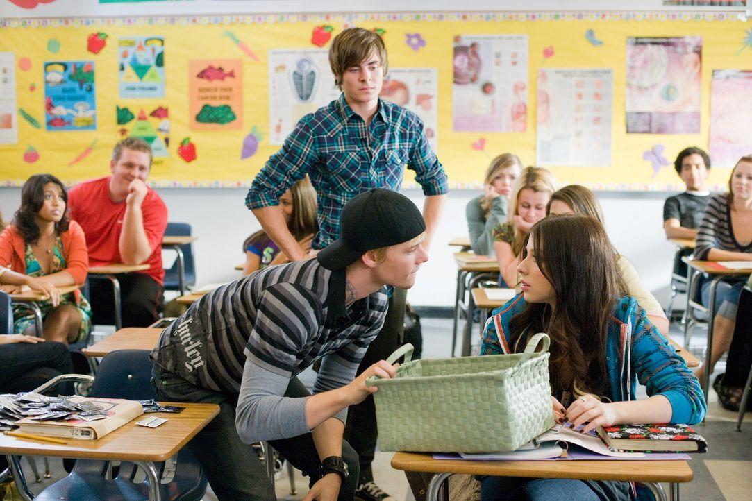 Als Mike (Zac Efron, M.) über Nacht seinen 17-jährigen Körper zurückerhält, glaubt er, nun endlich alle Chancen, die das Leben ihm bietet, wahr... - Bildquelle: 2008   Warner Bros.