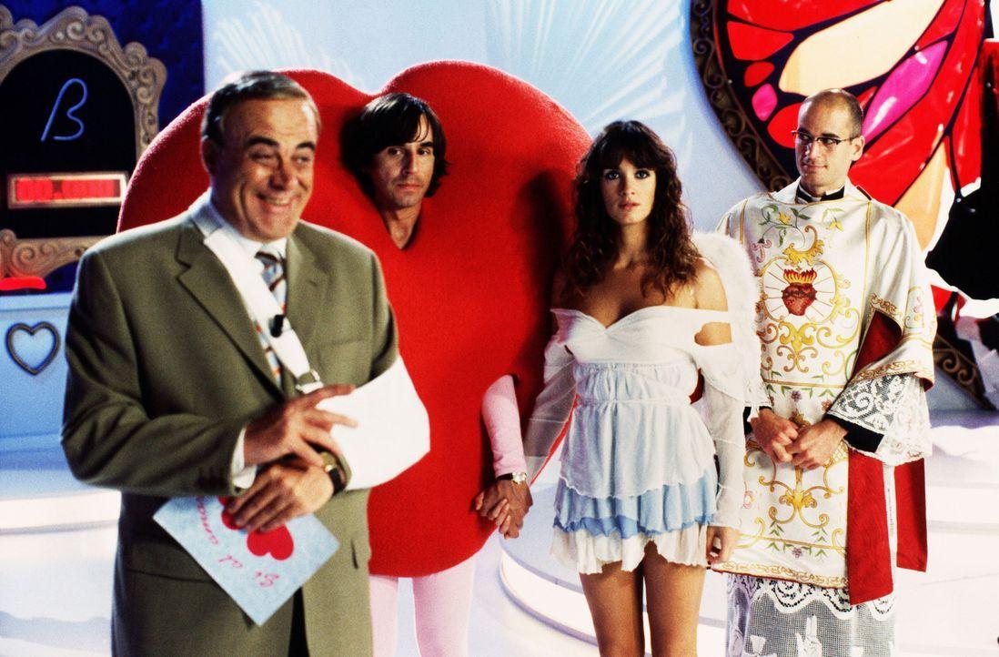 Die Aussicht, im Falle einer Hochzeit 250.000 Euro abzustauben, lässt Victor (Santiago Millán, 2.v.l.) und Estrella (Paz Vega, 2.v.r.) ein Liebesp... - Bildquelle: 2004   CPT Holdings, Inc.  All Rights Reserved.