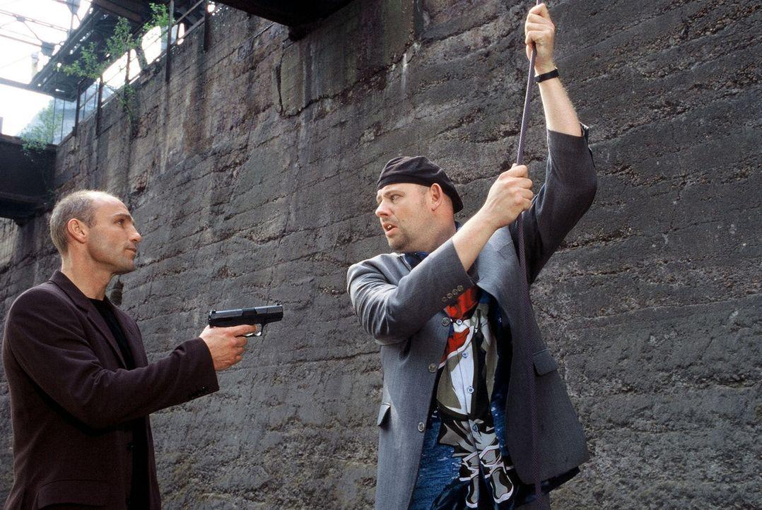 Manni (Axel Häfner, r.) wird von Keller (Thomas Wüppen, l.) bedroht. - Bildquelle: Martin Menke Sat.1