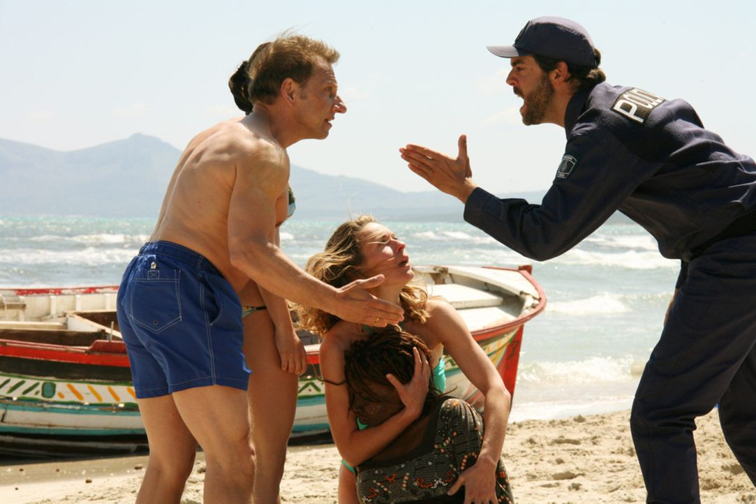 Eigentlich wollten Mona (Lisa Martinek, 2.v.r.) und Thilo Wagner (Richy Müller, l.) ihren Urlaub auf Teneriffa dazu nutzen, ihre angeschlagene Ehe... - Bildquelle: Volker Roloff SAT.1
