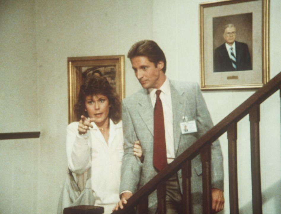 Amanda (Kate Jackson, l.) zeigt Lee (Bruce Boxleitner, r.) in der Geheimdienstzentrale das Bild von Harry W. Thornton, dem Gründer des Geheimdienste...