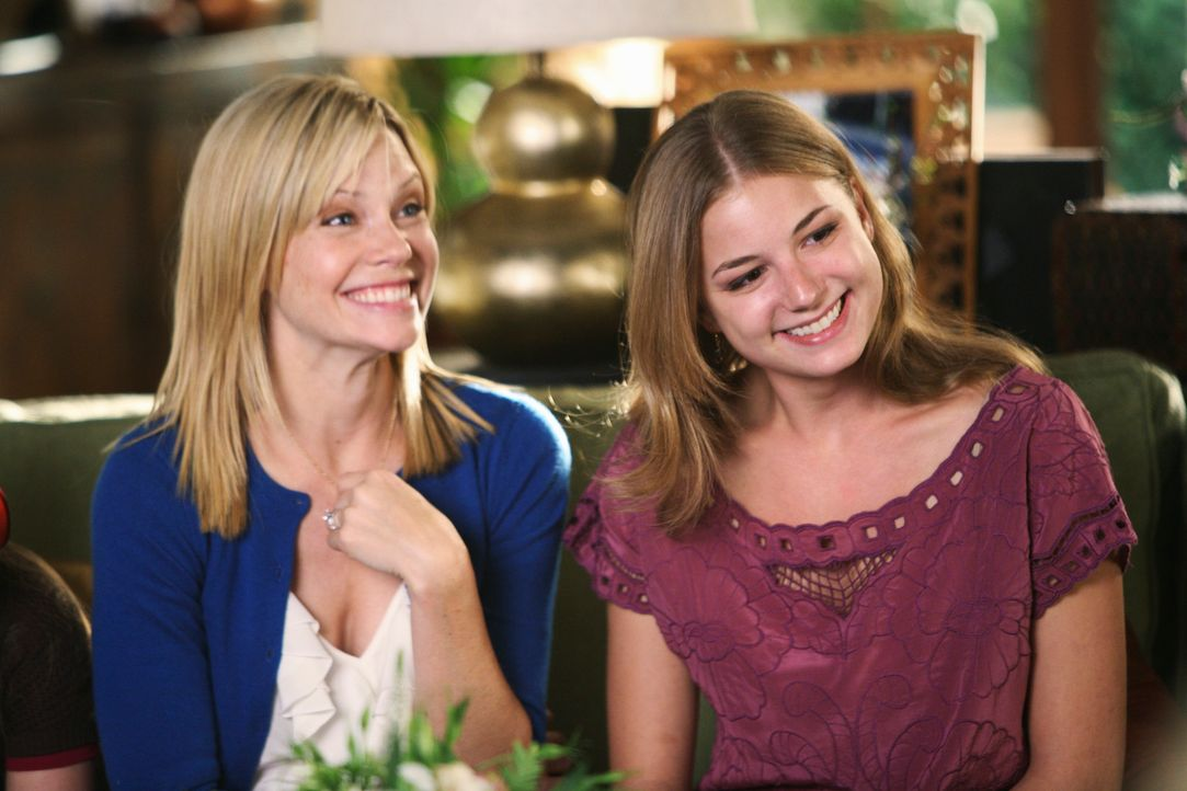 Gibt Rebecca (Emily VanCamp, r.) unbeabsichtigt Hinweise über Tommys Intrige preis: Julia (Sarah Jane Morris, l.) ... - Bildquelle: 2008 ABC INC.