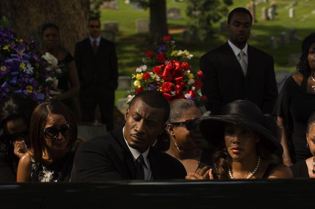 Eine Beerdigung mit weitreichenden Folgen: Brandon (Sean Blakemore, l.) und Connie (Vivica A. Fox, r.) ... - Bildquelle: CPT Holdings, Inc. All Rights Reserved.