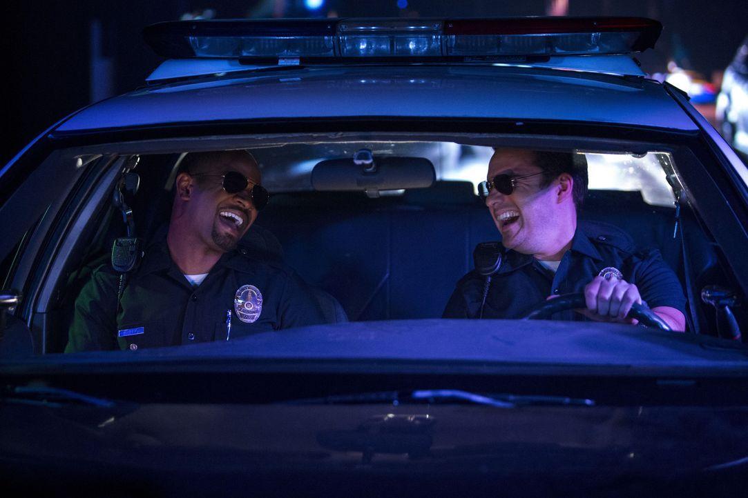 Die beiden Loser-Freunde Ryan (Jake Johnson, r.) und Justin (Damon Wayans Jr., l.) können einfach nicht genug kriegen vom Polizistendasein. Deshalb... - Bildquelle: Frank Masi 2014 Twentieth Century Fox Film Corporation.  All rights reserved.