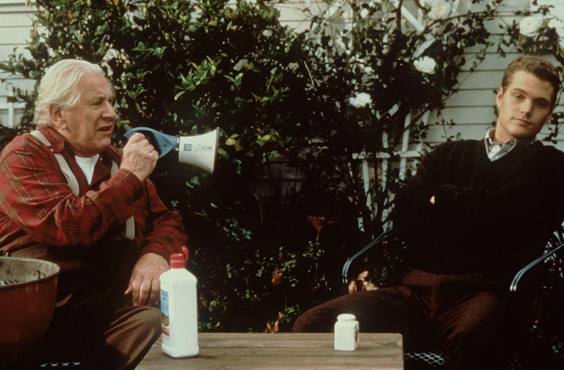 Weil sein Opa (Peter Ustinov, l.) ihm seine Millionen nur hinterlässt, wenn er vor seinem 30. Geburtstag verheiratet ist, gerät Jimmy (Chris O'Donne... - Bildquelle: New Line Cinema