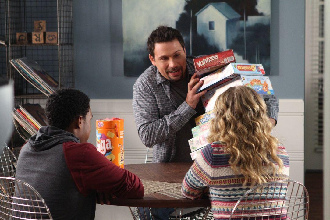 Als George (Jeremy Sisto, M.) eine Packung XXL-Kondome entdeckt, die Tessa von Lisa (Allie Grant, r.) bekommen hat, plant er einen Spieleabend mit i... - Bildquelle: Warner Brothers