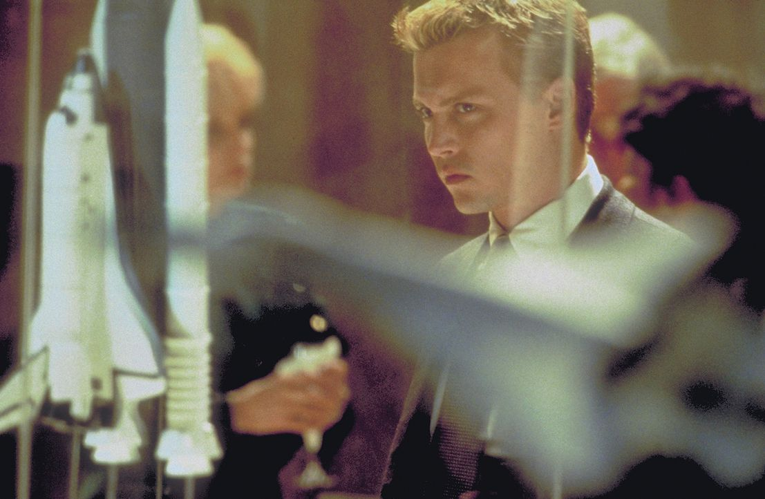 Statt weiterhin durchs All zu düsen, will Spencer (Johnny Depp) fortan eine New Yorker Militärflugzeugfirma beraten. Er geht schon bald völlig in... - Bildquelle: 1999 New Line Productions, Inc. All Rights Reserved.