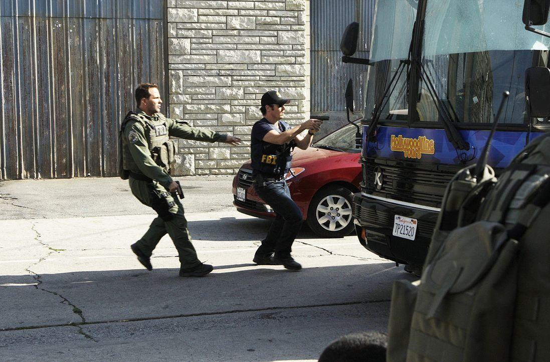 Don (Rob Morrow, r.), Colby (Dylan Bruno, l.) und das restliche Team haben vier Stunden Zeit, um einen Bus zu stürmen, in dem Geiseln festgehalten... - Bildquelle: Paramount Network Television