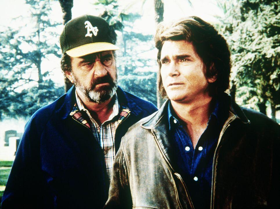 Auf dem Friedhof haben Jonathan (Michael Landon, r.) und Mark (Victor French, l.) eine denkwürdige Begegnung. - Bildquelle: Worldvision Enterprises, Inc.