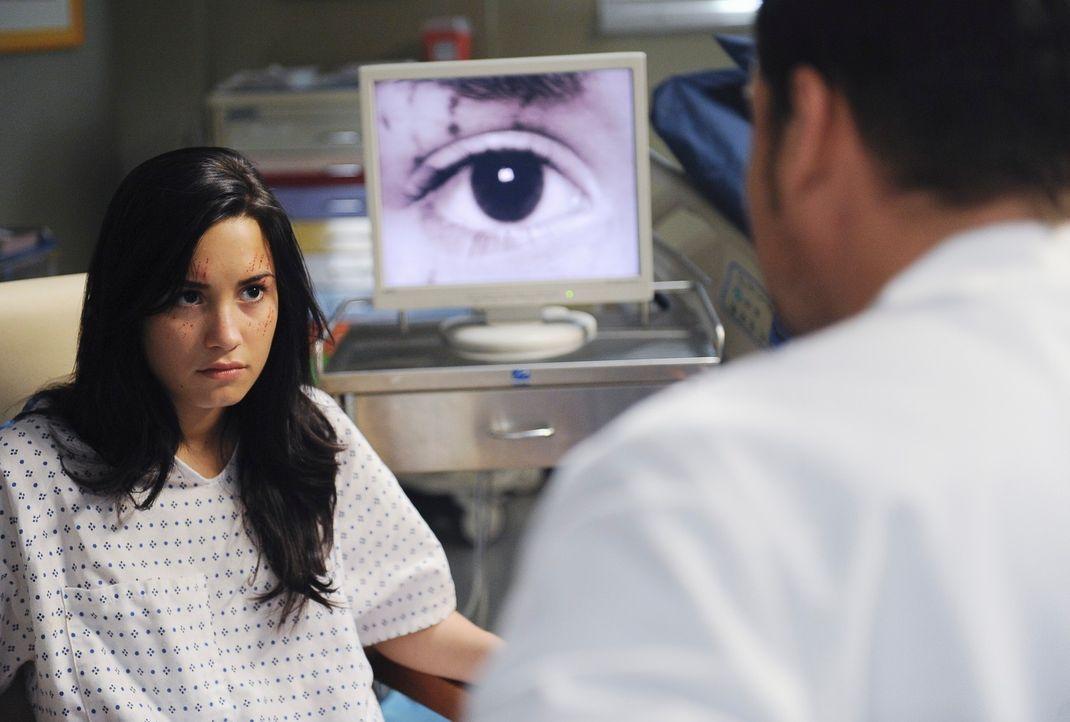 Nach mehreren Tests hat Alex (Justin Chambers, r.) eine gute Nachricht für Hayley (Demi Lovato, l.) ... - Bildquelle: Touchstone Television