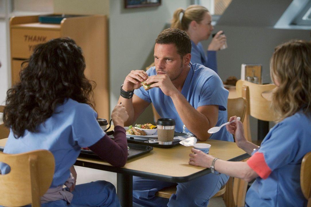 Bekommen überraschenden Besuch: Cristina (Sandra Oh, l.), Meredith (Ellen Pompeo, r.) und Alex (Justin Chambers, M.) ... - Bildquelle: Touchstone Television
