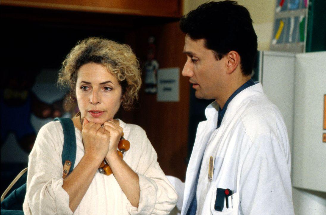 Dr. Markus Kampmann (Ulrich Reinthaller, r.) versucht zusammen mit der verzweifelten Renate Hausmann (Michaela May, l.) herauszubekommen, warum es i... - Bildquelle: Bernd Spauke Sat.1