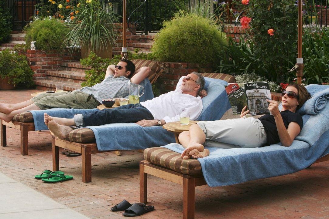 Langersehnte Entspannung: Kevin (Matthew Rhys, l.), Saul (Ron Rifkin, M.) und Sarah (Rachel Griffiths, r.) genießen ihre neugewonnene Freizeit ... - Bildquelle: 2008 ABC INC.
