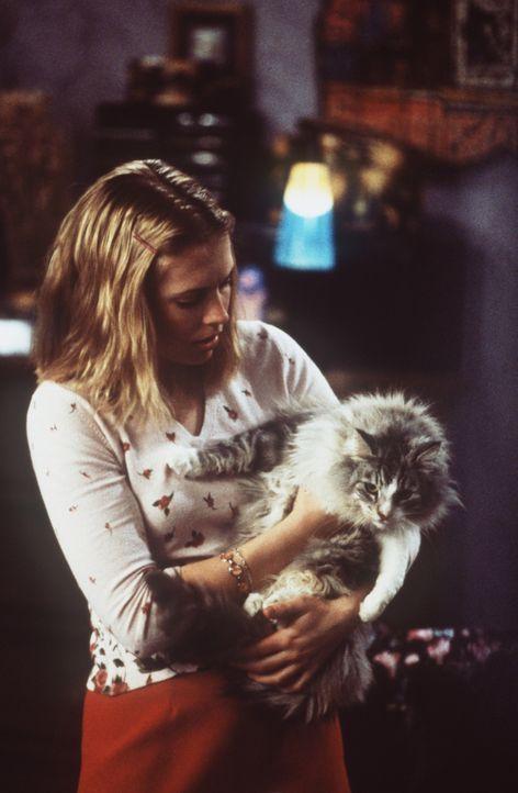 Sabrina (Melissa Joan Hart) schmuggelt ihre Brieffreundin Martha als Katze getarnt aus dem anderen Reich heraus. - Bildquelle: Paramount Pictures